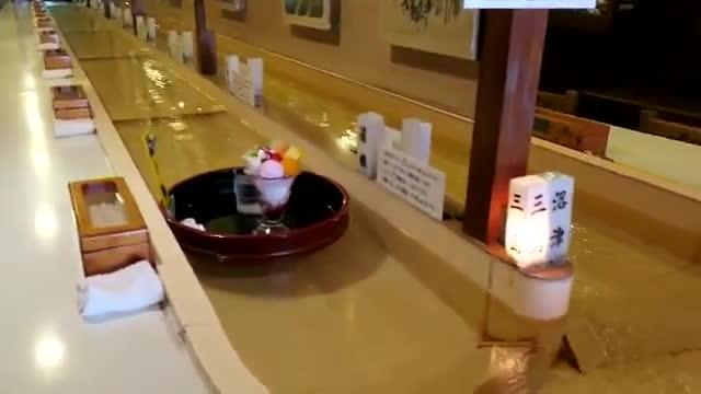 Lại là Nhật Bản: Nhà hàng vận chuyển đồ ăn bằng dòng nước ảnh 4