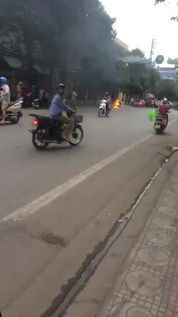 Nam thanh niên đốt xe máy trước cửa công an phường vì không xin được lỗi vi phạm