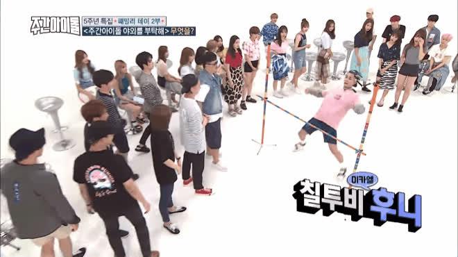 Uốn người qua xà ngang  Thử thách bung xoã khiếu giải trí của các thần tượng Hàn