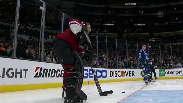 Watch Mike Smith a jeho branka přes celé hřiště na All-Star Game GIF by Hokej a vše kolem něj (@hokej) on Gfycat. Discover more goalie, nhl, smith GIFs on Gfycat