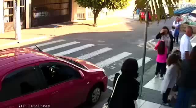Watch Ao lado de crianças, mãe PM reage a assalto e mata ladrão em SP GIF on Gfycat. Discover more related GIFs on Gfycat