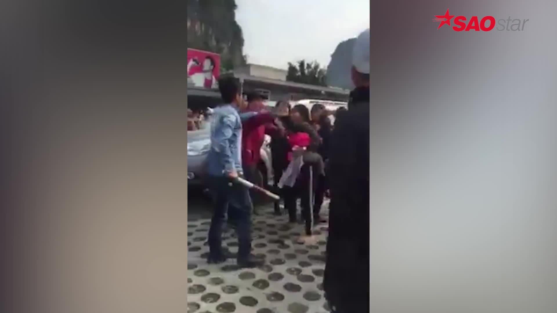 Mâu thuẫn với bảo vệ bãi xe Tràng An, mẹ bế con cầm dép cân 3 thanh niên mang gậy