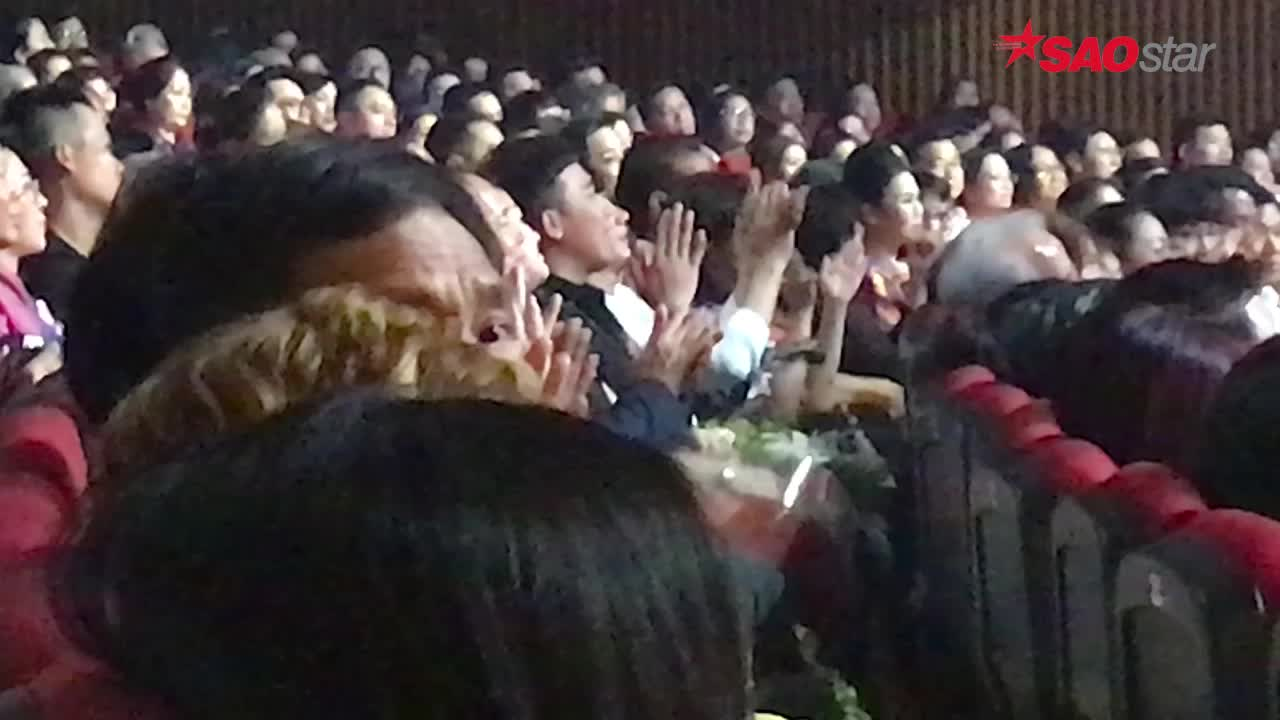Clip: Trấn Thành như một khán giả bình thường, lau vội nước mắt nghẹn ngào trong show Hương Lan