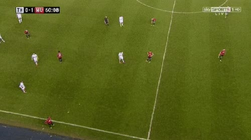 Gif animado gracioso de un aficionado lanzando una pelota de nieve a Evra, Manchester united
