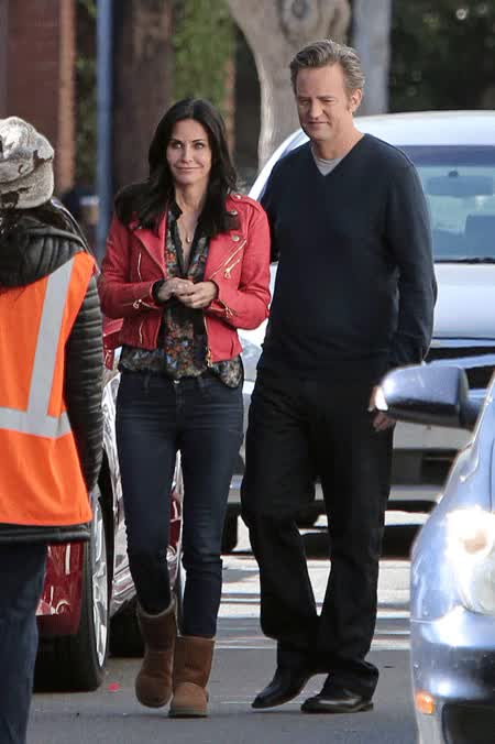 Watch and share Courteney Matthew Perry Cougartown GIFs on Gfycat
